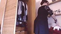 La ragazza italiana ti mostra la sua collezione di mutandine e perizomi: masturbati per il suo grosso culo!