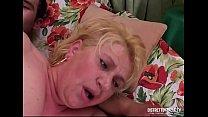 Troia vogliosa vecchia e grassa si fa sfondare il culo dal cazzo di un giovane ragazzo per poi bere tutta la sborra