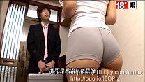 Asiatica culona inocente se cambia la ropa en frente de extraño