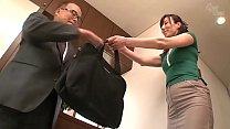 istri Jepang menjulurkan pantatnya untuk membiarkan kontol besar menembus