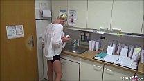 Junge Arzthelferin wird auf der Arbeit von ihrem Chef und dem Chefarzt ohne Kondom gefickt und tief besamt