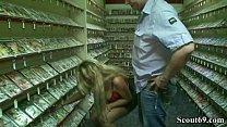 2 Besucher im DVD Verleih duerfen die notgeile MILF ficken