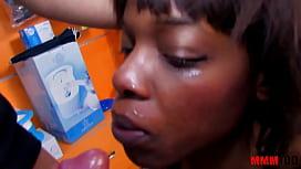 Negra en la tienda de bebes mamando el guevo del cliente