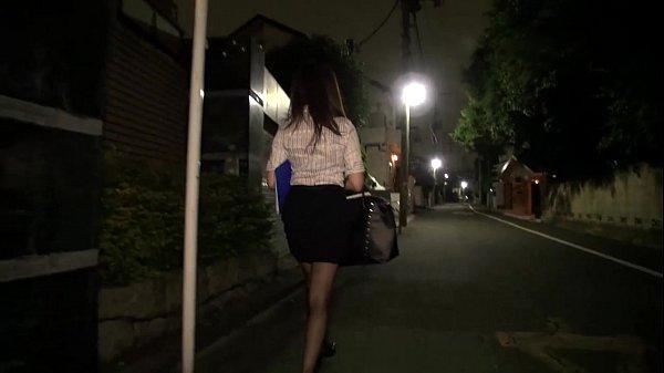 夜道をひとり歩く仕事帰りのOLたちを狙って陵辱レイプ 1