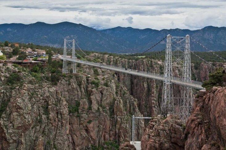 США. Колорадо. Мост Ройал Гордж. Сооружение расположено на высоте 321 метр над рекой Арканзас. (.aditya.)