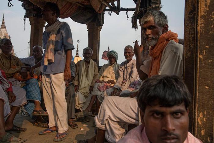 Фотограф попал в индийский город мертвых и увидел, как красиво горят тела