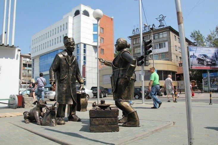 """Памятник """"Покупатель и продавец"""" в Новосибирске"""
