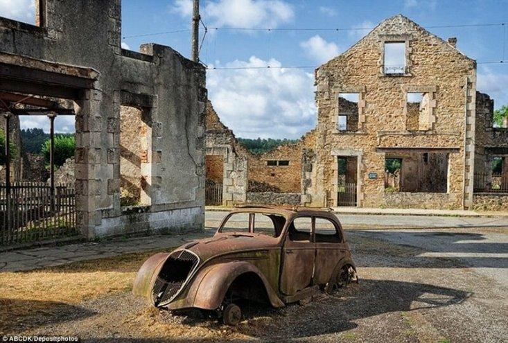 Это французская деревня Орадур-сюр-Глан, разрушенная войсками СС в 1944 году. После окончания Второй мировой войны это место сделали памятным мемориалом.