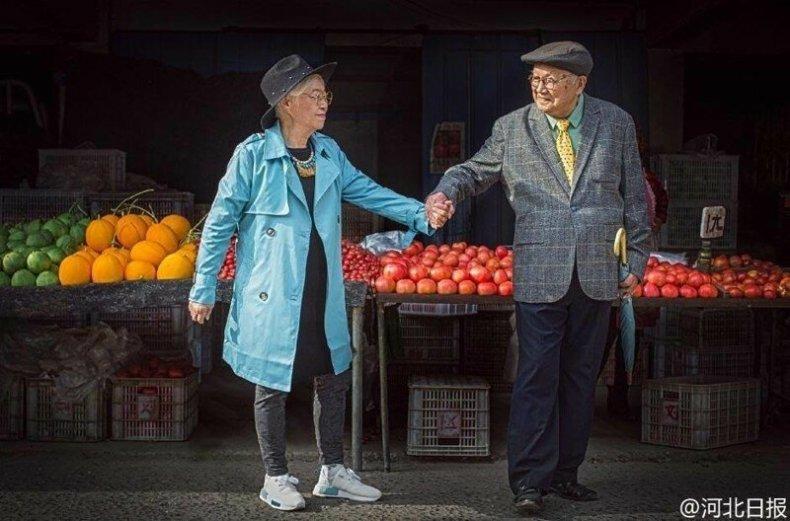 Пожилая пара из Китая отметила годовщину свадьбы фотосессией и прославилась на всю страну