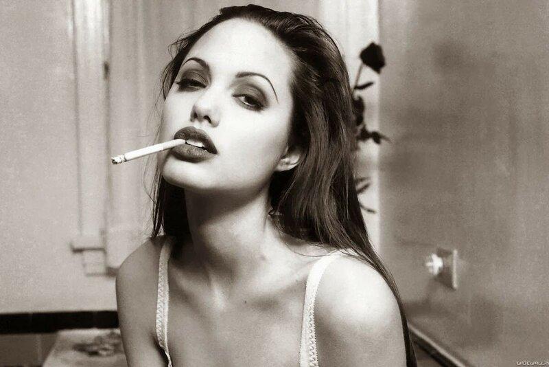 Молодая Анджелина Джоли на знаменитом постере с сигаретой