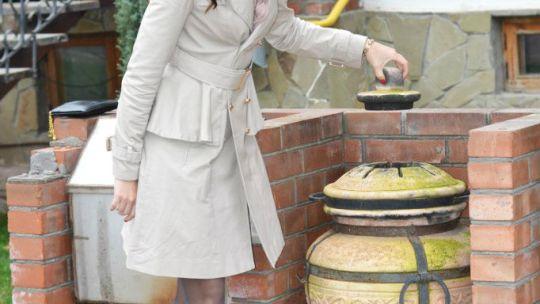 Дамочка с волнистыми локонами в пальто