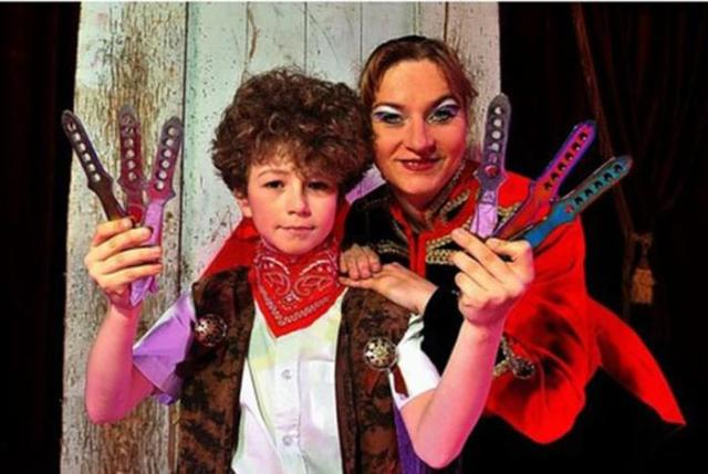 Мальчик в возрасте 10 лет выступает в цирке метателем ножей