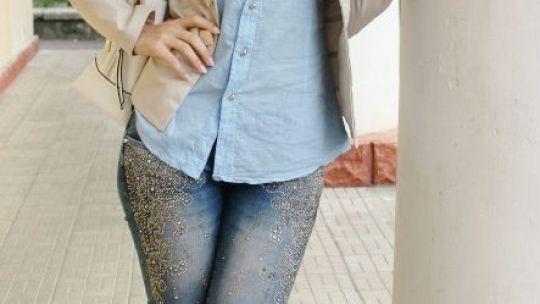 Деловая красотка в  рубашке и синих джинсах