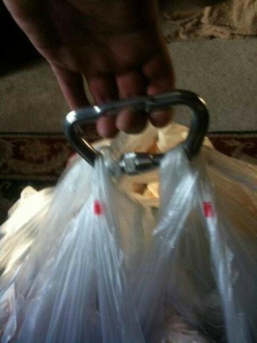 Соорудите из подручных материалов универсальную ручку для пакетов, чтобы не пришлось ходить в магазин дважды.