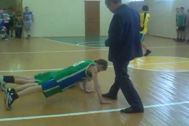 Целуй ножку! Чиновник заставлял детей целовать себе ноги на уроке