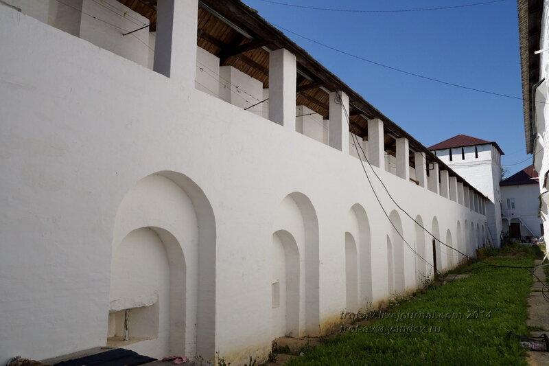 Между стеной и Гостиным корпусом, Свято-Пафнутиев Боровский монастырь