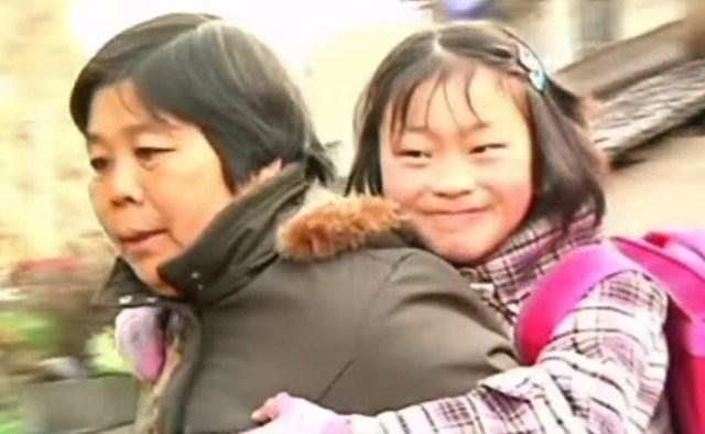 Бабушка три года носит внучку на спине
