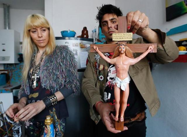 Аргентинские художники предложили поиграть с Девой Марией