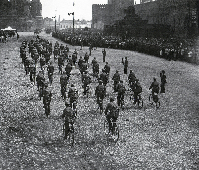 1924 Парад на Красной площади Велосипедисты Аркадий Шайхет.jpg