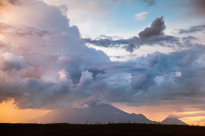 Формирование многослойных грозовых облаков над конусами вулканов.