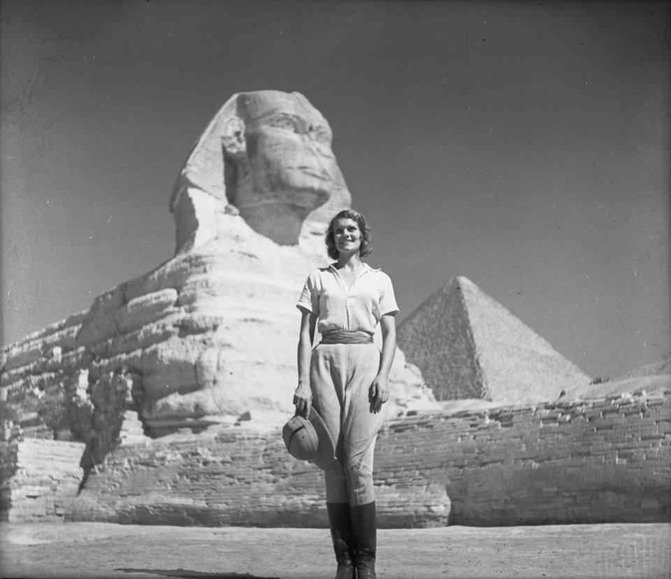 Алоха у египетских пирамид в начале 1920-х годов. В этой поездке капитан изменил жене с Алохой, так
