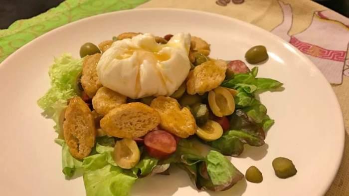 Зелёный салат с колбасой и яйцом-пашот