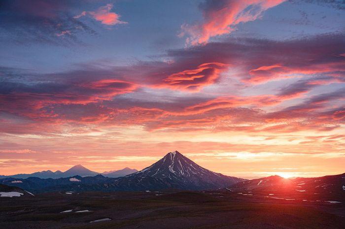 Вилючинская сопка — вулкан, обладающий правильным классическим конусом. Является одной из визитных карточек Камчатского полуострова.