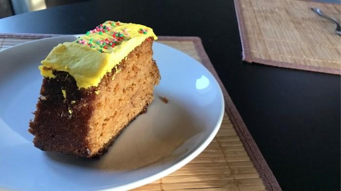 Лимонный кекс в желтой глазури