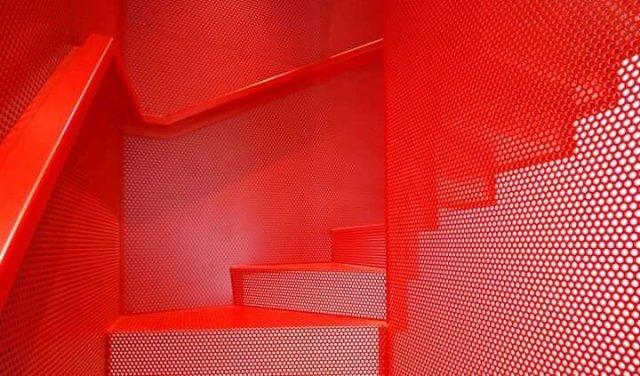 Красная висячая лестница в женском интерьере