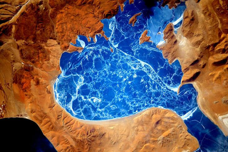 Замерзшее озеро в Гималаях.