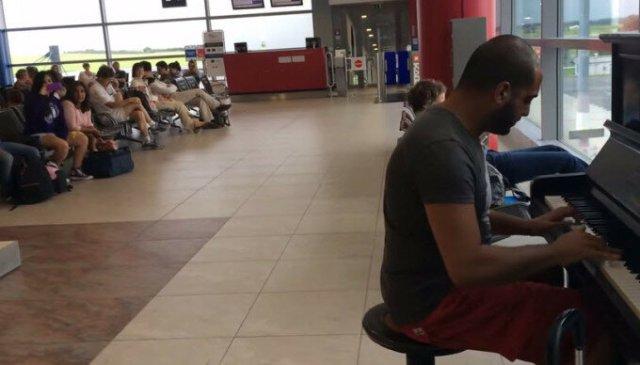 Видео в аэропорту Праги: парень играет «К Элизе» в разных стилях