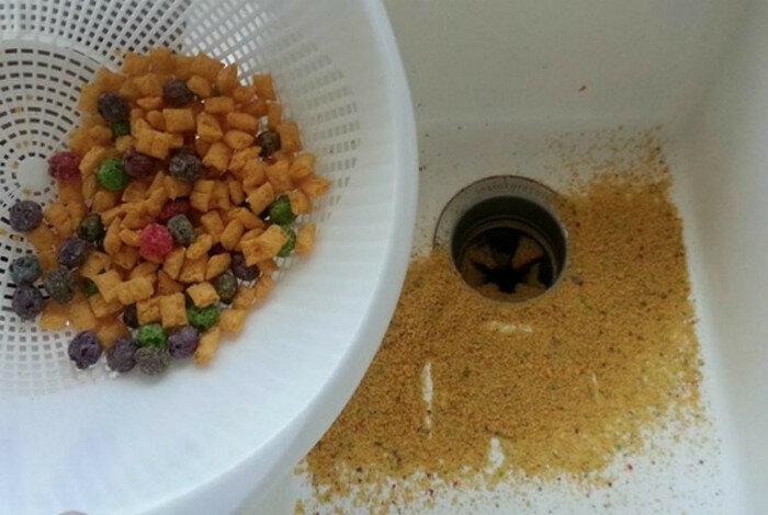 Чтобы избавиться от крошек в хлопьях, нужно пересыпать содержимое пачки в дуршлаг. Все мелкие крошки нужно просто смыть в раковину.