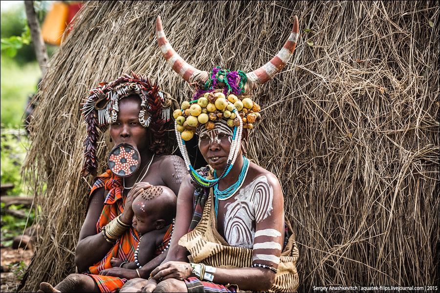 Mursi tribu / tribus con los platos en el labio