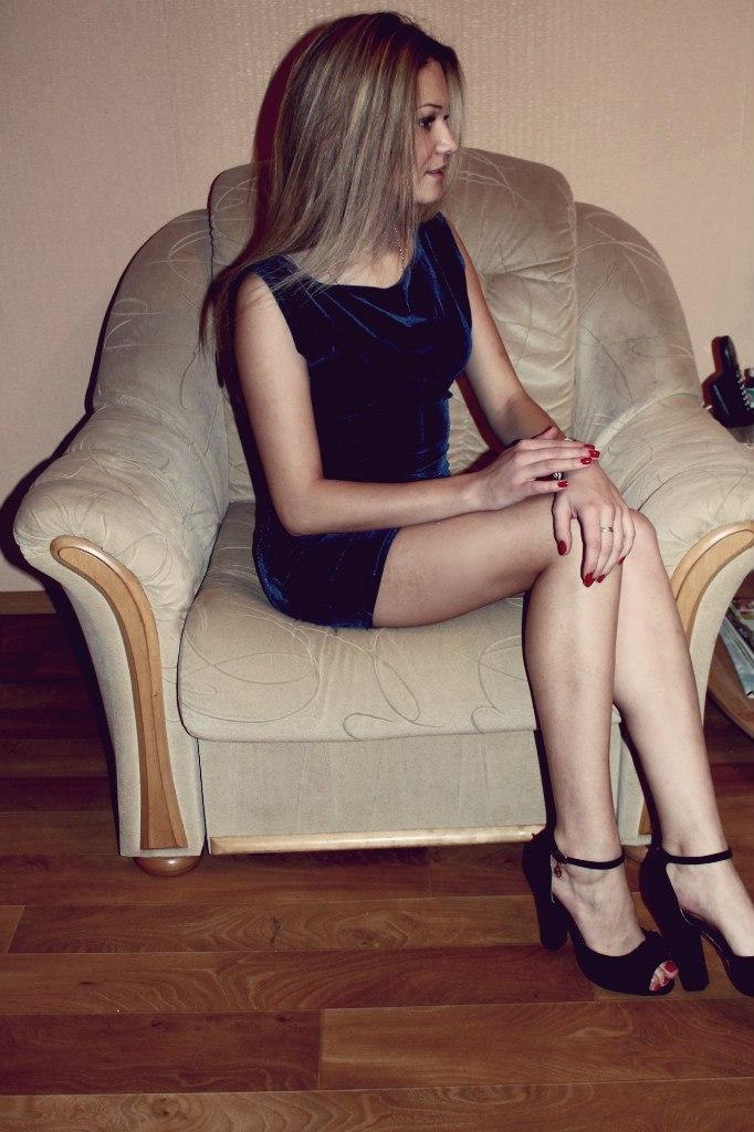 Блондинка в  бархатном вечернем платье
