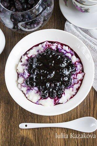 Ванильный рисовый пудинг с черничным соусом