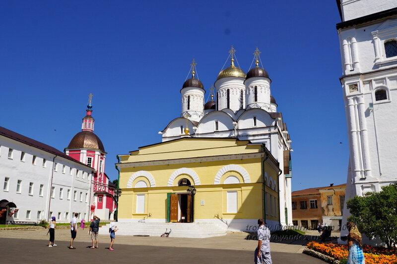 Трапезная 1837 г. и собор Рождества Богородицы 16 века, Свято-Пафнутиев Боровский монастырь