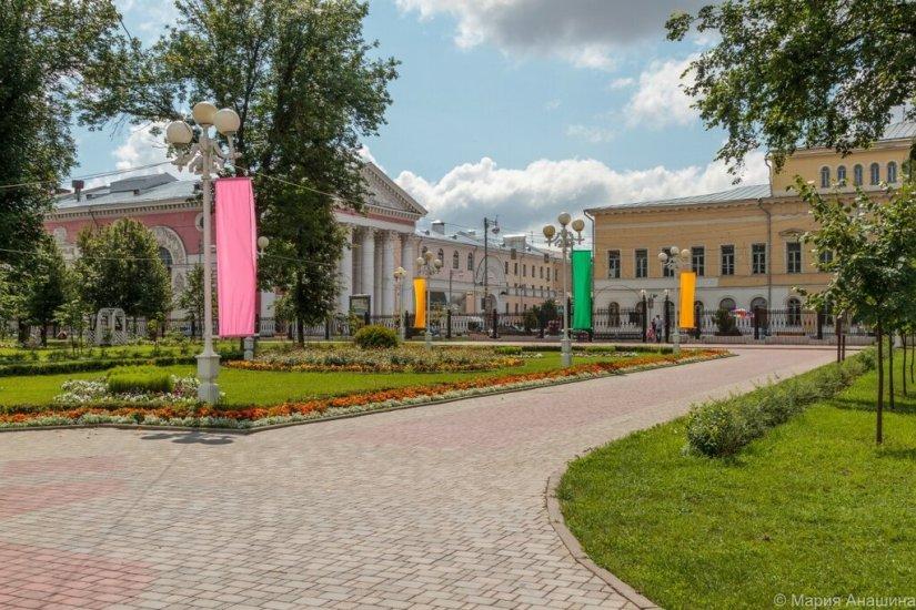 Городской сад и здания на Театральной площади