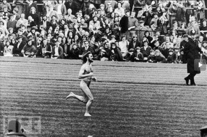 Стрикинг   бег нагишом в общественном месте (фото на стадионах)