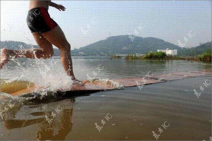 Монах, бегущий по воде (фото и видео)
