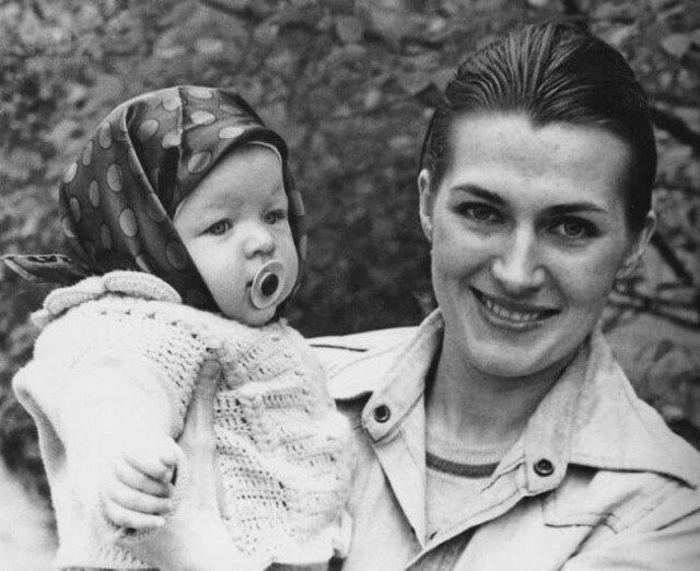 Маленькая Милла Йовович на руках у своей мамы — Галины Логиновой