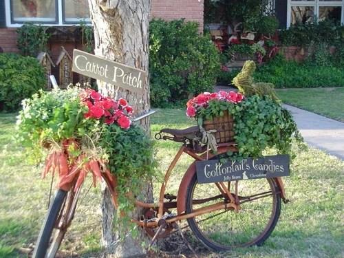 декор сада старый велосипед клумба