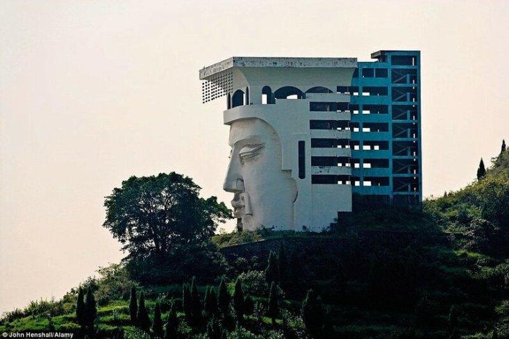 Этот странный отель в виде лица возле города-призрака Фенгду на северном берегу реки Янцзы в Китае так и не был достроен, и с тех пор большие глаза безучастно взирают с вершины холма на простирающиеся внизу равнины.
