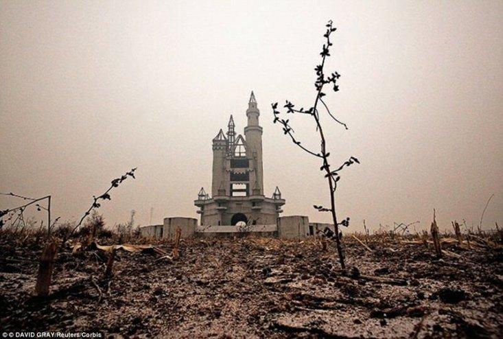 Этот недостроенный замок должен был находиться в парке развлечений Wonderland на окраине Пекина, но финансирование строительства было приостановлено из-за разногласий местных властей и фермеров по поводу цен на недвижимость.