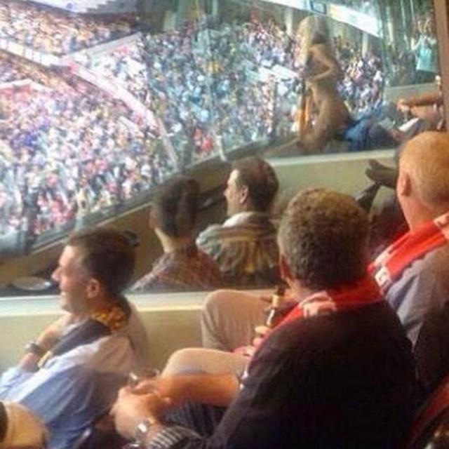 Бывшую жену Пола Маккартни оштрафовали за стриптиз на стадионе