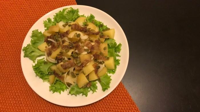 Салат из запеченного картофеля с беконом и семечками