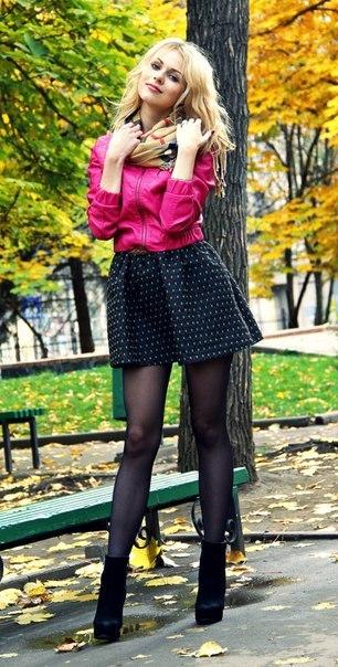 Красивая блондинка в платье в горошек с шарфиков в черных колготках