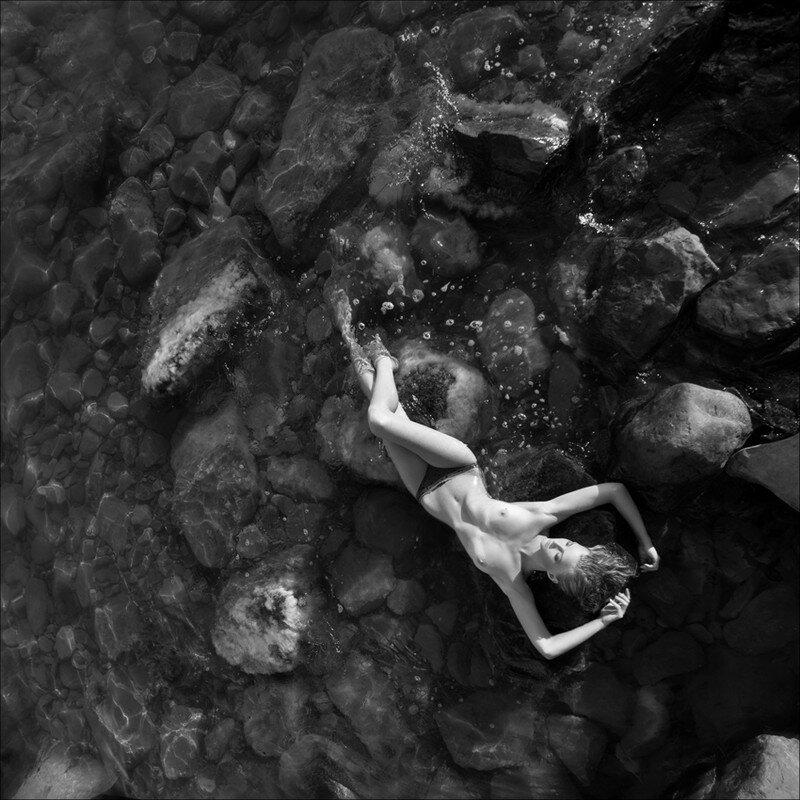 Девушка ню в море черно-белое фото