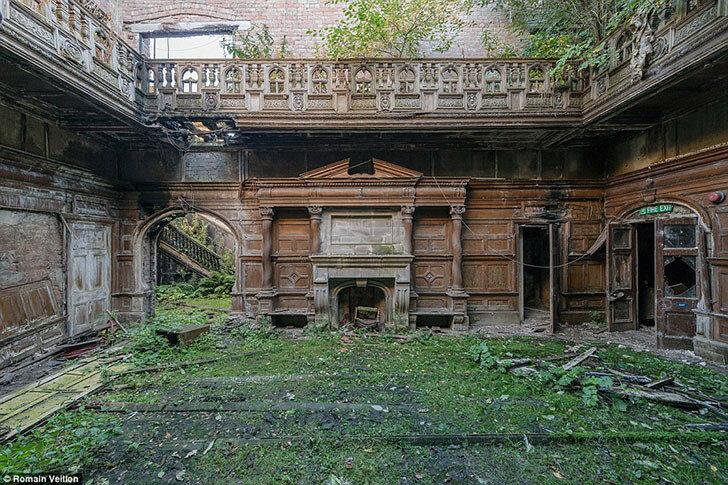Гостиная с камином и с деревянными панелями на стенах в старинном доме в Шотландии.