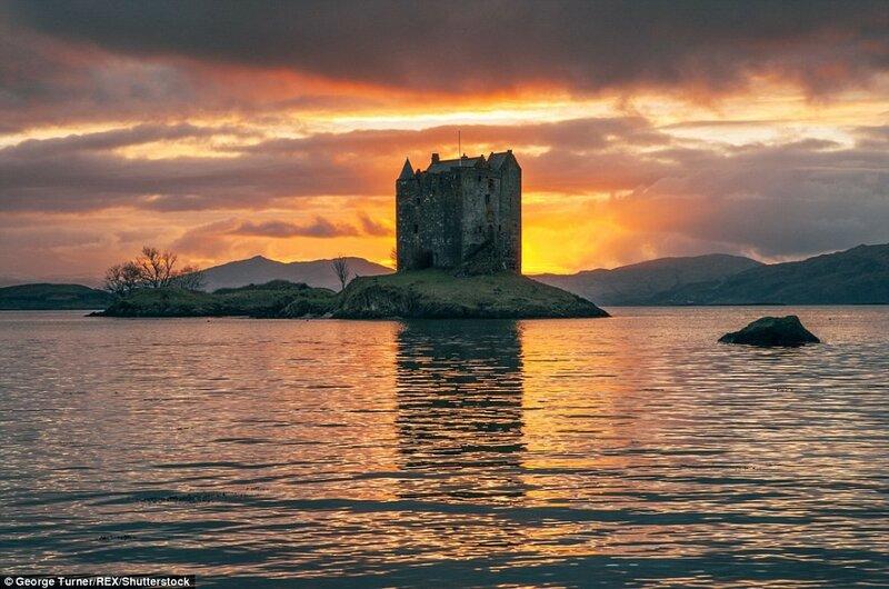 Замок Сталкер в области Аргайл и Бьют на западном побережье Шотландии. Закат над озером Лаич.
