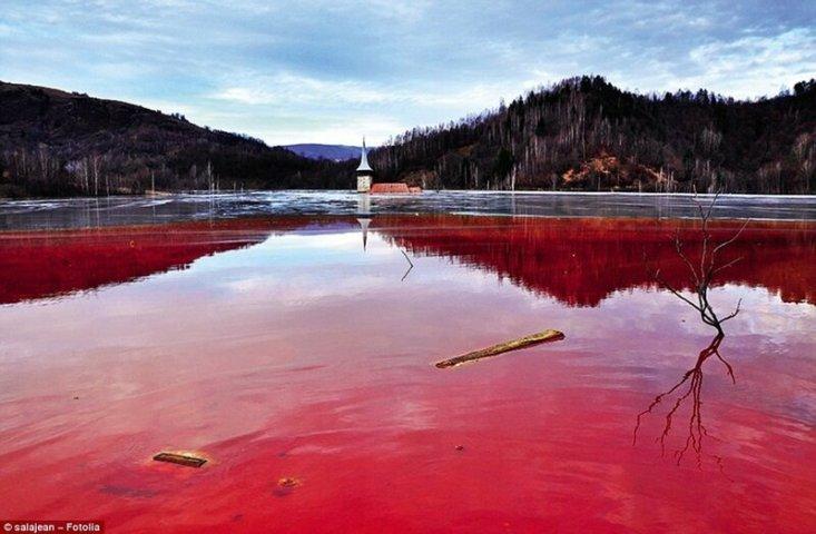 Раньше на месте этого озера находилась румынская деревня Геамана, но потом ее затопили, чтобы освободить место для медного рудника. Все, что осталось от деревни, - церковный шпиль. Вода в озере отравлена цианидом и прочими химическими отходами.
